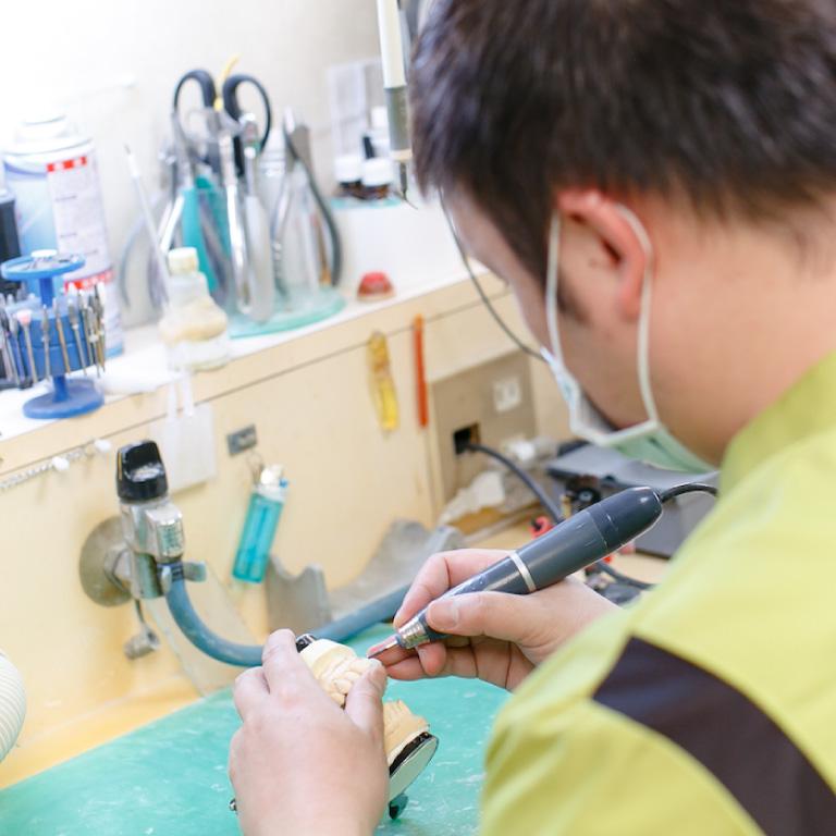 院内ラボで入れ歯の即日修理にも対応