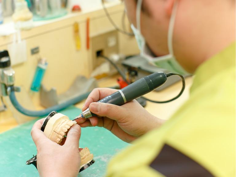 歯科技工士が常駐する院内ラボ入れ歯の修理も即日対応